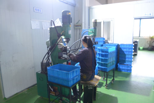 Piston riveting machine